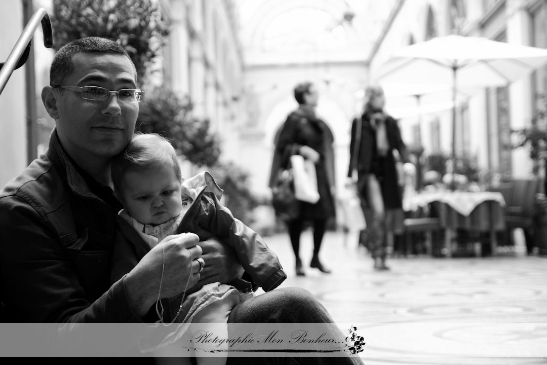 balade, bourse, parents, paris, petite fille, Photographe nouveau-né photo bébé essonne, Photographe nouveau-né photo bébé hauts-de-seine, Photographe nouveau-né photo bébé paris, Photographe nouveau-né photo bébé seine -et- marne, Photographe nouveau-né photo bébé seine-saint-denis, Photographe nouveau-né photo bébé val -de -marne, Photographe nouveau-né photo bébé val-d'oise, Photographe nouveau-né photo bébé yvelines, photographe porte dorée paris, photographe vincennes (94), portrait de bébé, portrait photo, rue vivienne, séance lifestyle, séance photo