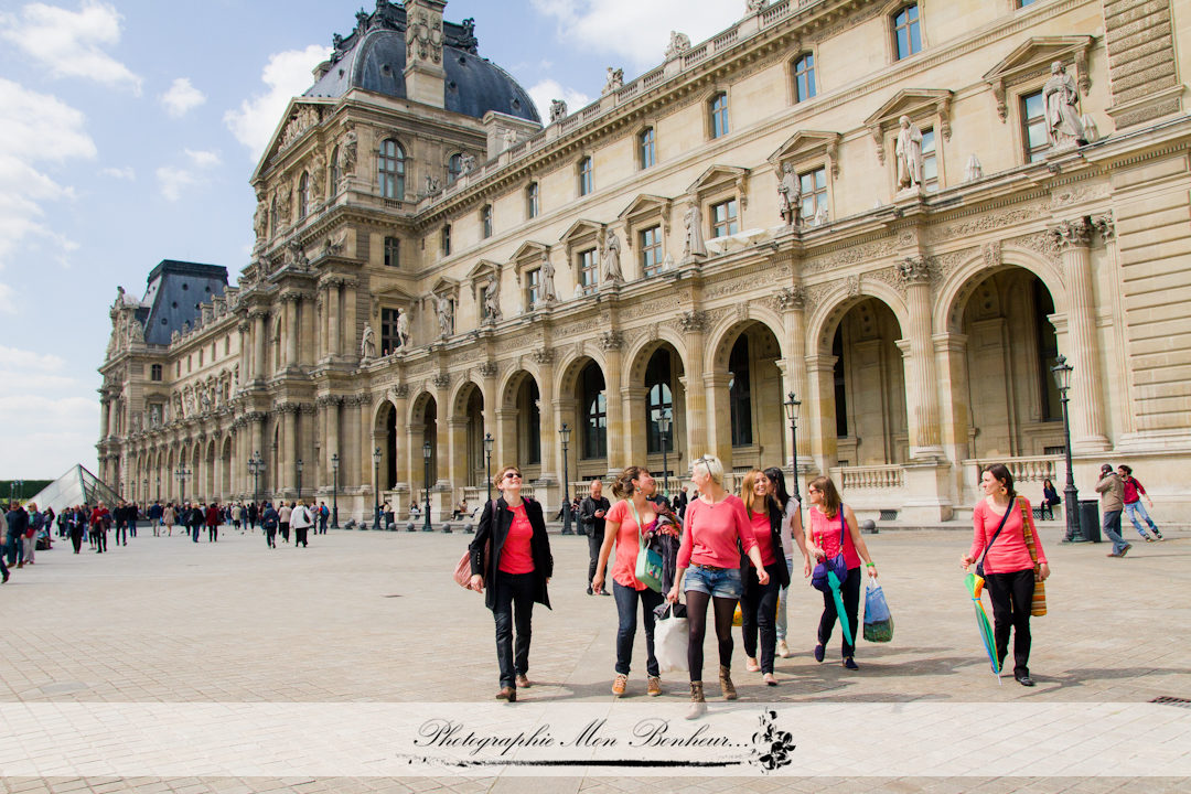 Louvre, photographe paris, séance photo, séance photo au Louvre, séance photo d'enterrement de vie de jeune fille, séance photo entre copines, photographe EVJF paris,shooting EVJF,