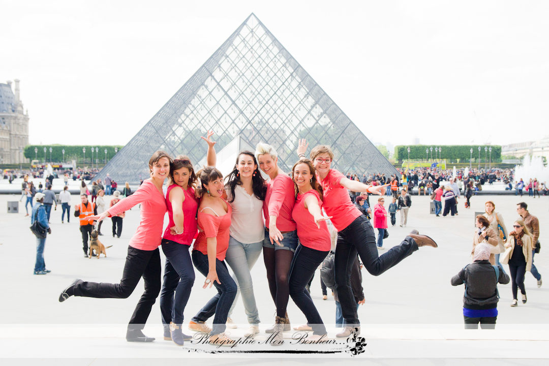 Louvre, photographe paris, séance photo, séance photo au Louvre, séance photo d'enterrement de vie de jeune fille, séance photo entre copines, photographe EVJF paris,shooting EVJF,